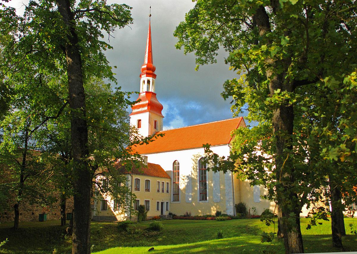 Põltsamaa_kirik_suvel